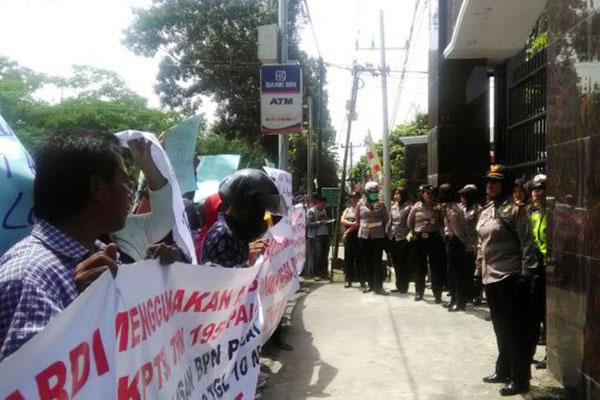 Ratusan KTM Sumut Unjuk Rasa Di Pengadilan Negeri Medan